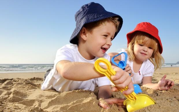 djeca na plazi sa sesiricima