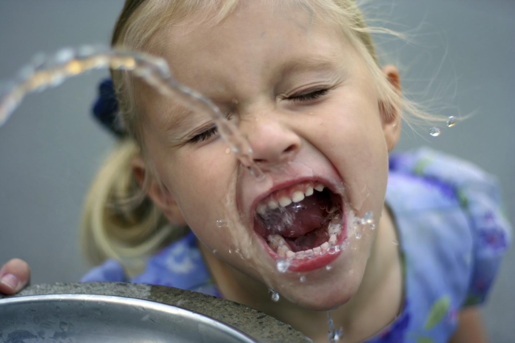 djevojcida pije vodu