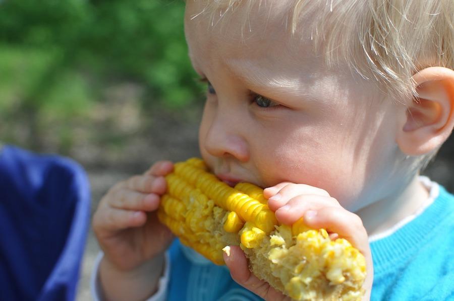 dijete-jede-kukuruz