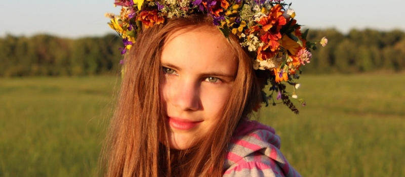 djevojcica-s-cvijetnim-vjencicem